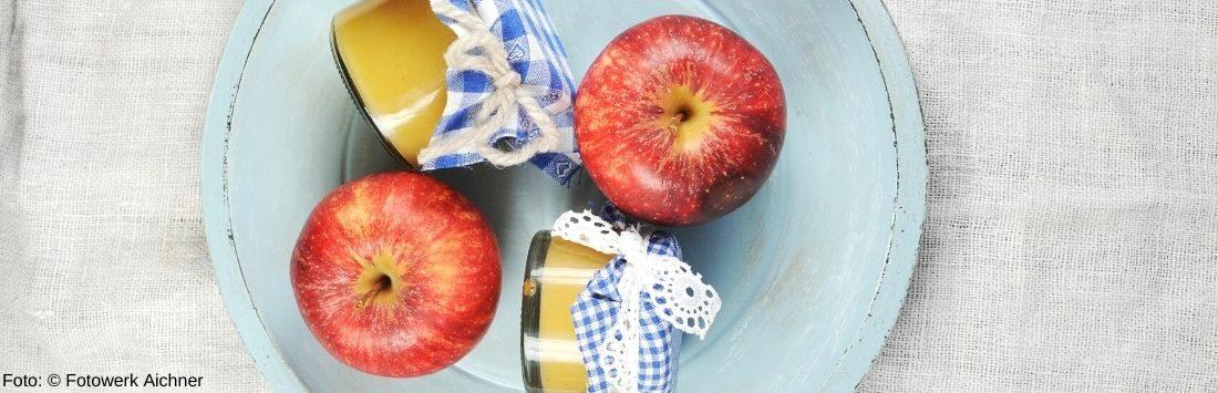 Äpfel und Apfelgelee in Gläsern