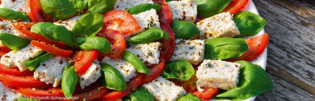 Cashew-Mozzarella mit Tomaten