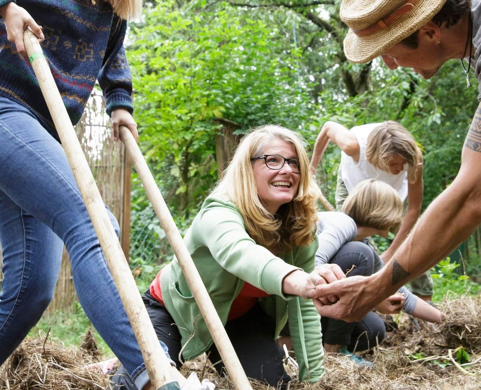 Fünf Personen beim Guerilla Gardening
