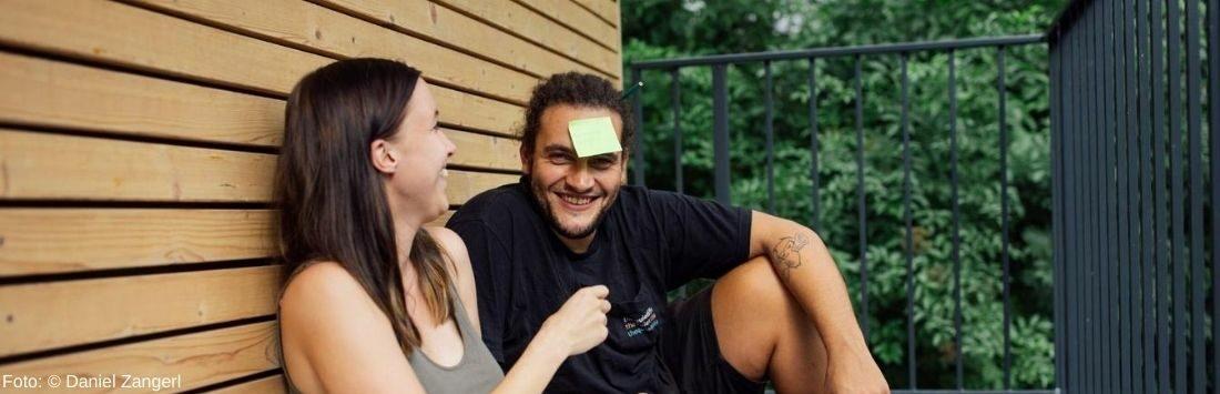 Frau und Mann am Balkon anlegen