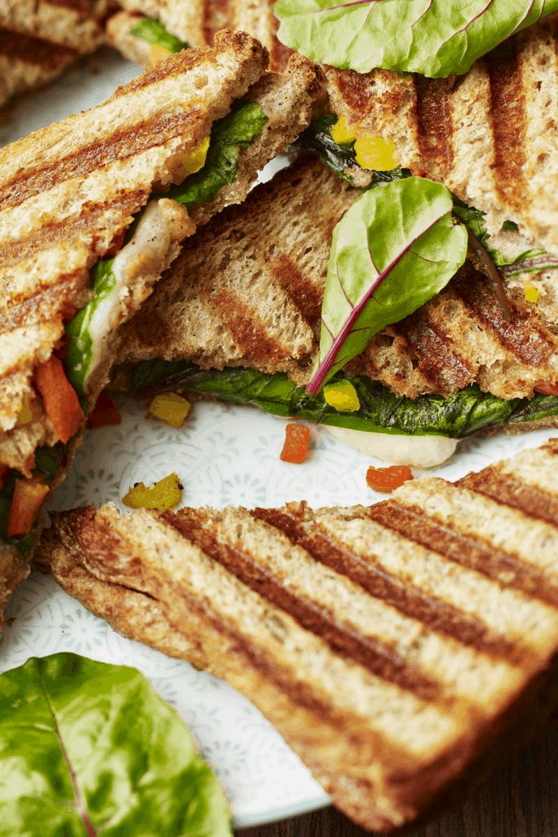 Sandwich mit Blutampfer, Mozzarella und Paprika aus: Pflücksalat & Blattspinat. Foto: www.wolfganghummer.com