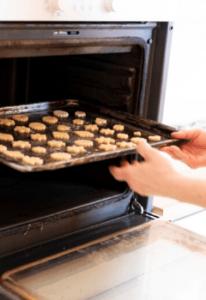 Verwende am besten das Heißluft-Programm deines Backofens, damit sich deine Weihnachtskekse eine gleichmäßige, wunderschöne Ofenbräune holen können. © Foto: Sonja Priller