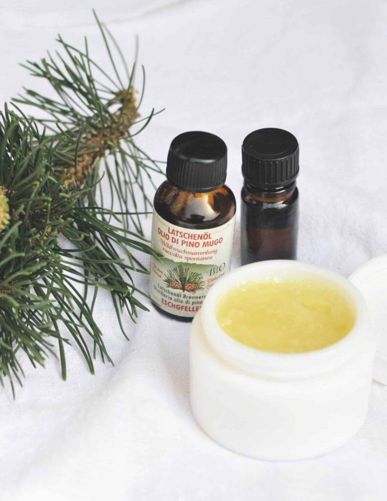 Verwende den Brust-Balsam bei Erkältungskrankheiten mehrmals am Tag. Foto: © Alice Hönigschmid