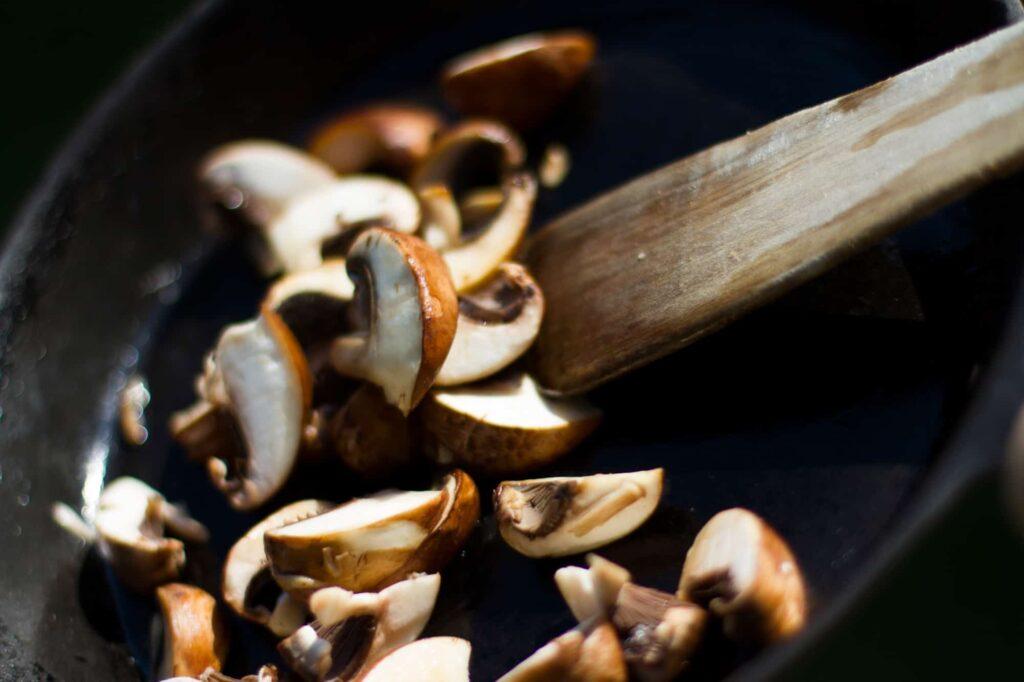 Champignons ausreichend erhitzen