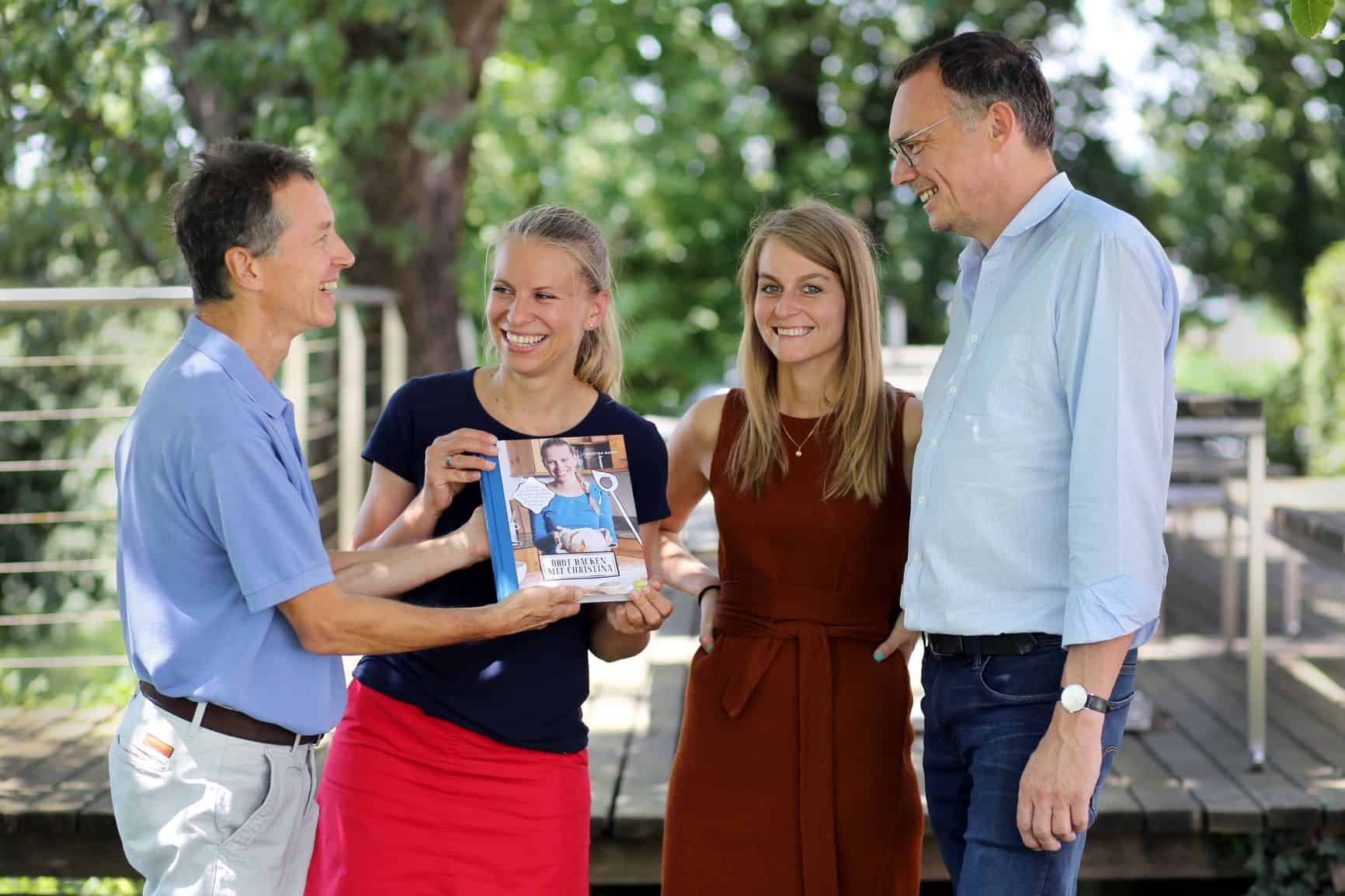 Markus Hatzer und Katharina Schaller vom Löwenzahn Verlag mit der Bestseller-Autorin Christina Bauer zu Gast bei Ernst Gugler in Melk (v. re. nach li.). © Foto: gugler_Weinfranz