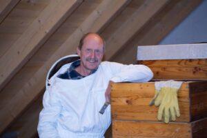 Ingolf Hofmann imkert mit Leidenschaft und das schon seit 40 Jahren! In seinen Imkerkursen verrät er dir seine Tipps & Tricks. Foto: Harald Hörtler
