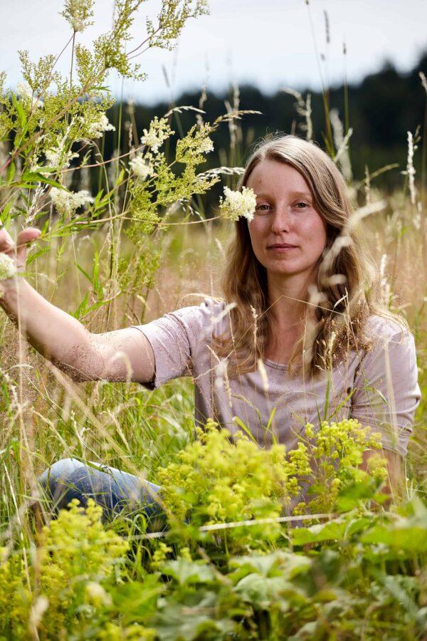 Tauch' mit Gerda Holzmann ein in die Welt der Wildkräuter: In ihrem Kräuterkurs zeigt sie dir einen Tag lang, wie du Kräuter erkennst, sammelst und richtig verarbeitest. Foto: Rupert Pessl