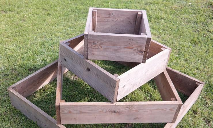 Vier Holzrahmen bilden die Kartoffelpyramide