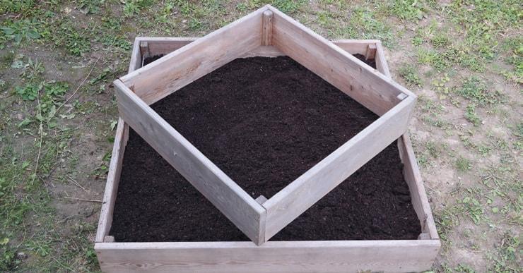 2. Setze den zweiten Rahmen diagonal auf den ersten auf.