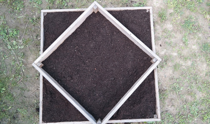 4. Bedecke die Saatkartoffeln bis zur Oberkantedes Holzrahmens mit Erde und befülleden zweiten Rahmen, wieder bis einige Zentimeterunter den Rand.