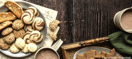 Kekse und Kakao auf einem Tisch
