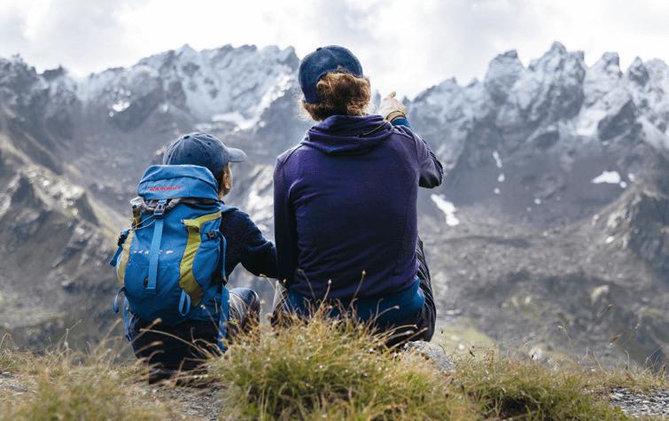 Kind und Frau bei einer Wanderung