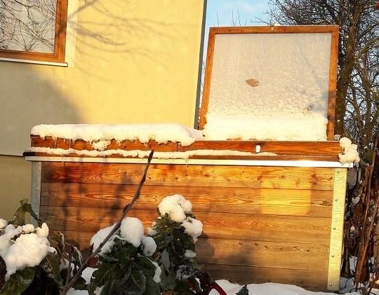 Hochbeet mit Überdachung und Schnee