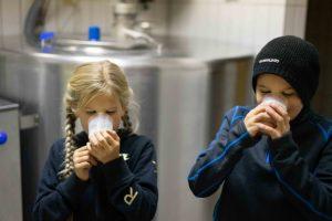 Magdalena und Thomas genießen frische Milch