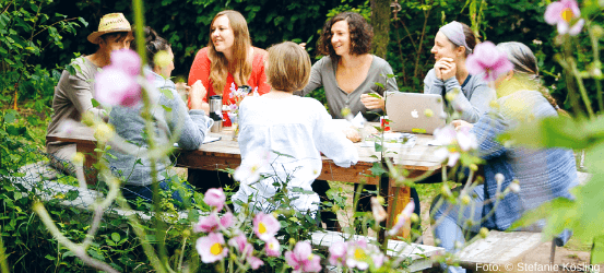 Menschen im Garten an einem Tisch