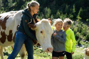 Christina, Magdalena und Thomas mit Kuh