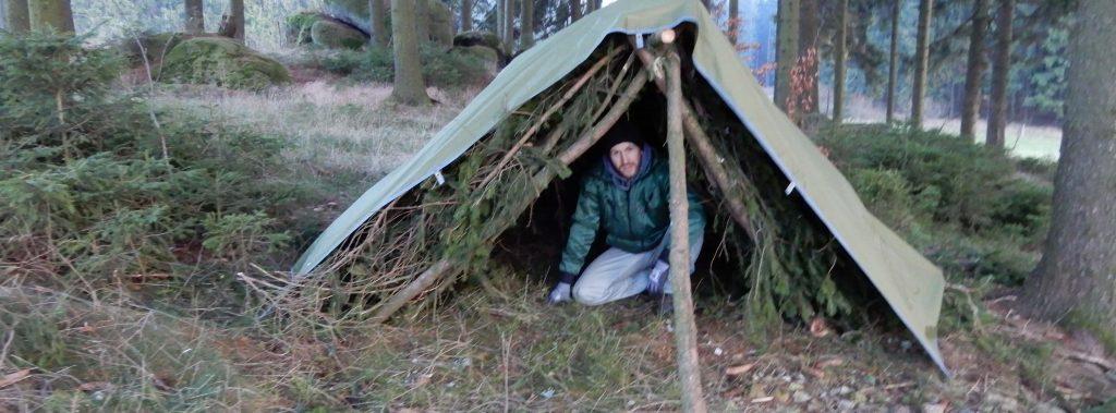 Unterschlupf mit Zeltplane