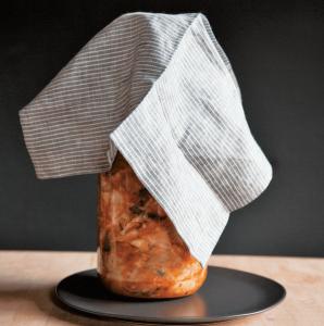 Kimchi im Glas mit Tuch bedeckt