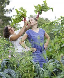 Zwei Superheldinnen: Juli und Laura von den GemüseheldInnen