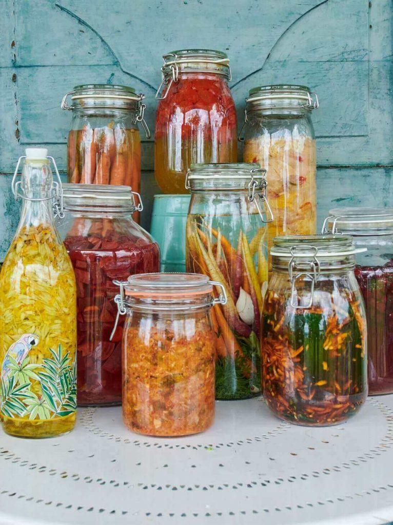 fermentiertes Gemüse in Gläsern
