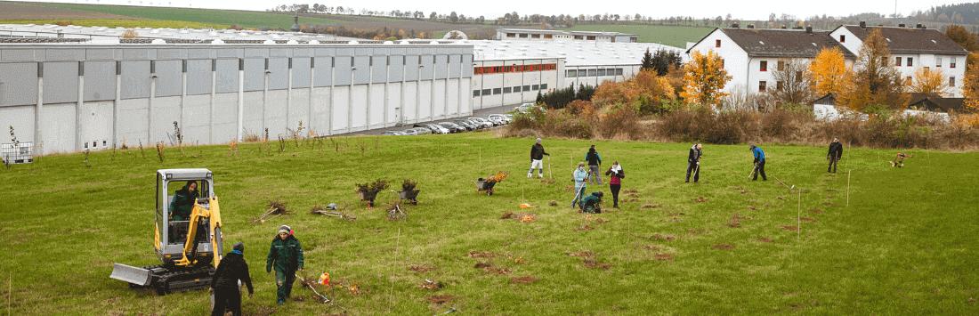 Menschen arbeiten auf einer Grünfläche
